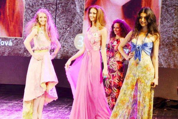 Patrícia Nagyová (v strede). Na pódiu Miss Spiša 2014 zaujala svojou výškou a šarmom.