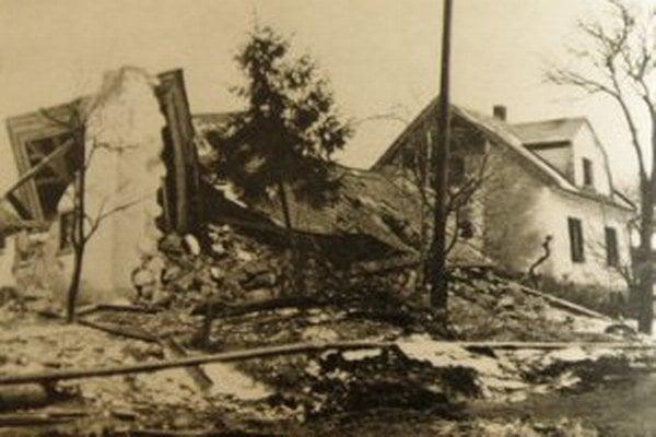Zosuv spôsobil veľké materiálne škody.