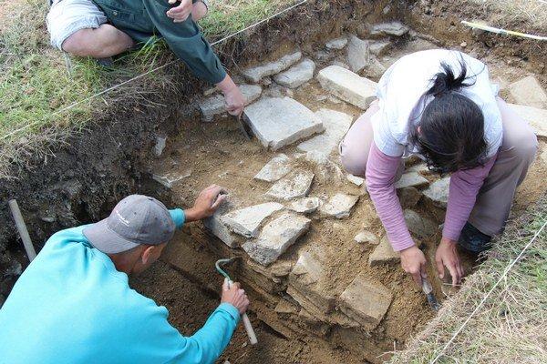 Odkryté základy. Ukázali sa v hĺbke 1,2 metra.