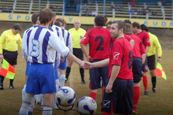 Zobral to športovo. Nad incidentom vo V. Folkmare sa dnes už Rastislav Neuvirth (vpredu vpravo) len pousmeje. Aj emócie patria k futbalu. Dôležité sú pretrvávajúce priateľské vzťahy oboch klubov.