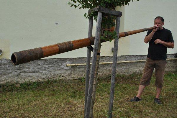 Súťaž o najdlhší trúb. Na trúbe to skúsil aj Miro.