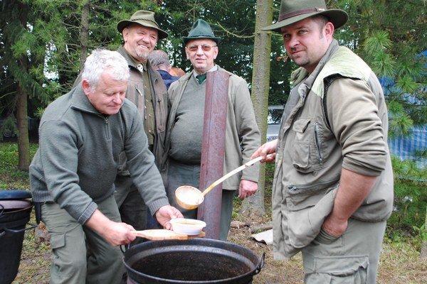 Varenie gulášu. Poľovníci zo Spišského Podhradia pridali do kotla slivovicu.