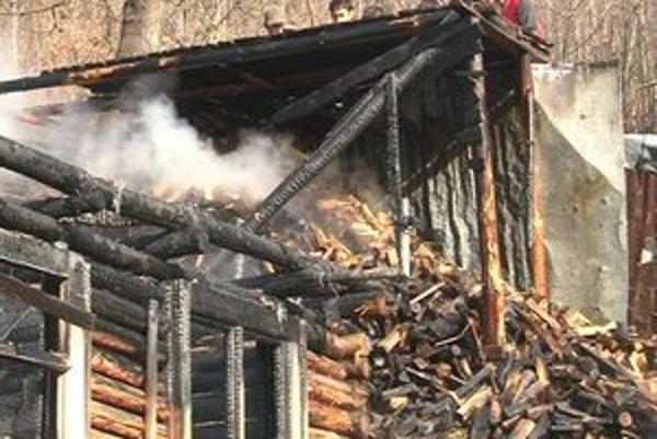 Chatrče v Roškovciach. Jednu z nich zachvátil požiar. Rozšíril sa pravdepodobne z pece.