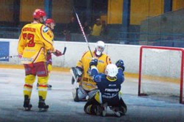 Veľká radosť z gólu. Michal Findura kľačí a oslavuje svoj druhý gól do siete Senice.