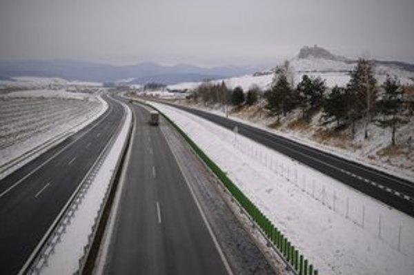Vodiči spolu s vedením NDS a ministerstva prestrihli v piatok 14. decembra 2012 pásku na druhom profile diaľnice D1 medzi obcami Jablonov a Studenec.