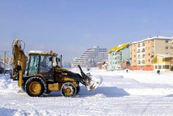 Traktor odváža sneh na nábreží Hornádu.