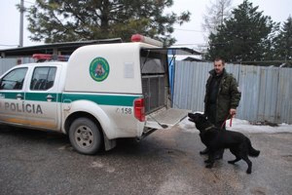 Do terénu. Ide sa pracovať. Na snímke Ľ. Kažmír so služobným psom.