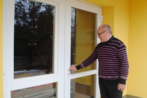 Riaditeľ Š. Šiška ukazuje prvé pokusy zlodejov o vstup do zariadenia.