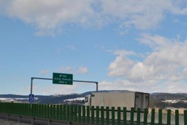 Diaľničná návesť upozorňuje vodičov, že po 2 km musia zísť z diaľnice, ak chcú ísť na Spišské Podhradie.