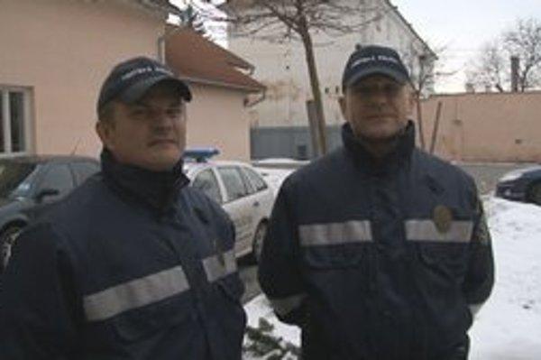 Mestskí policajti Ľuboš Spišiak (vľavo) a Juraj Tornay.