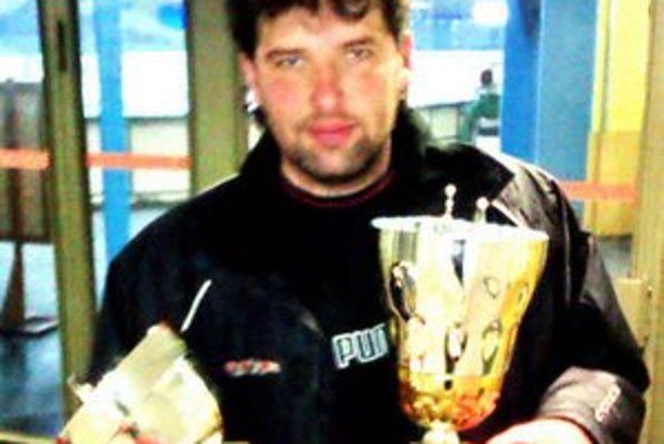 Tréner s trofejou. František Gonda obhájil so svojím mužstvom v Senici vlaňajšie prvenstvo.