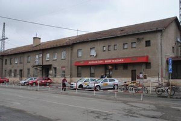 Železničná stanica. Pred budovou chýbajú  smerovky pre usmernenie návštevníka.