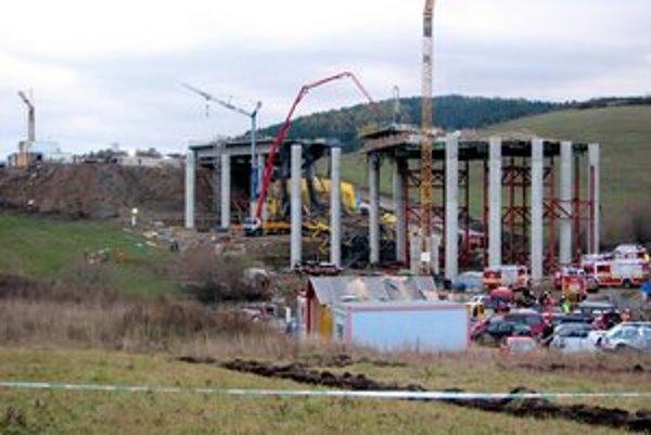 Záchranári, ktorí zasahovali pri páde mosta v Iliašovciach, sa dočkali ocenenia.