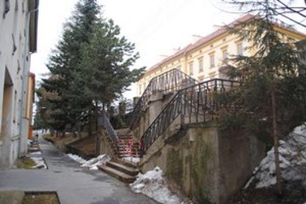 Na opravu sídliskových schodov si chcelo mesto požičať.