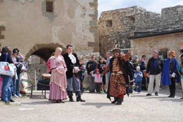 Symbolický príchod panstva po zime na hrad.