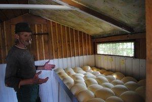Na snímke bača Ondrej pri syre, ktorý na salaši produkujú.