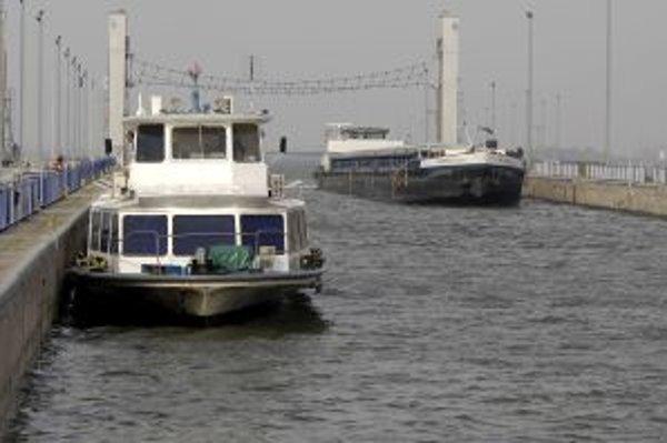 Loď prichádza do jednej z plavebných komôr vodného diela Gabčíkovo.
