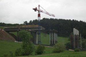 Most pri Iliašovciach. Betónové piliere majú nové skruže.