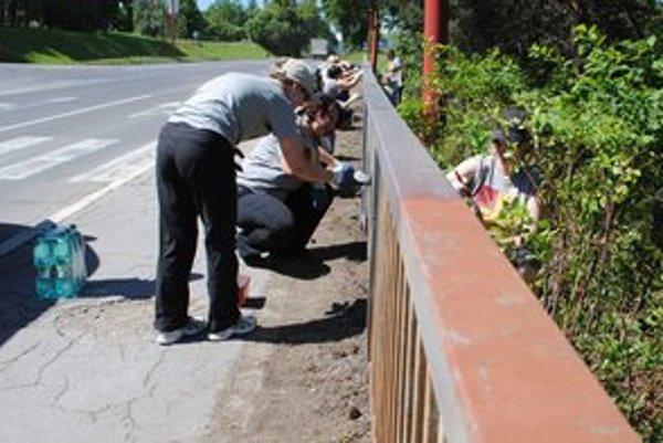 Zábradlie na moste. Renovovali ho zamestnanci mestského úradu.