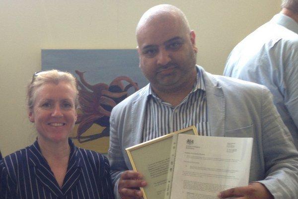 A. Akram so zástupkyňou veľvyslankyne pri vymenovaní za konzulárneho správcu.