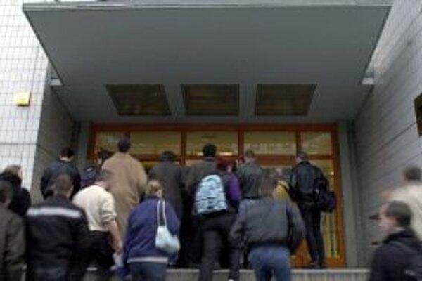 Počet nezamestnaných, ktorí môžu okamžite nastúpiť do práce klesol za posledný rok o 33 tisíc.
