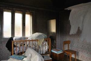 Obhorená izba. Tu muž zapáli periny a odišiel z domu.