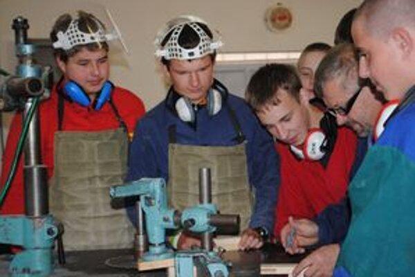 Učiteľ so žiakmi. Odborný učiteľ Peter Smik pri výučbe druhákov.