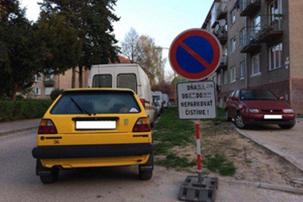 Niektorí vodiči prenosné dopravné značky nerešpektujú.