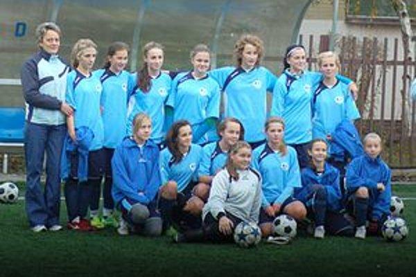Dievčatá futbalistky. Po jeseni sú na ôsmom mieste, čo je v premiére veľmi dobré umiestnenie.