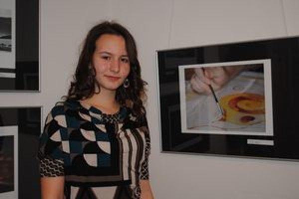Lenka Kleinová. Je nielen autorkou projektu, ale aj jeho účastníčkou. Na snímke pri svojej fotografii.