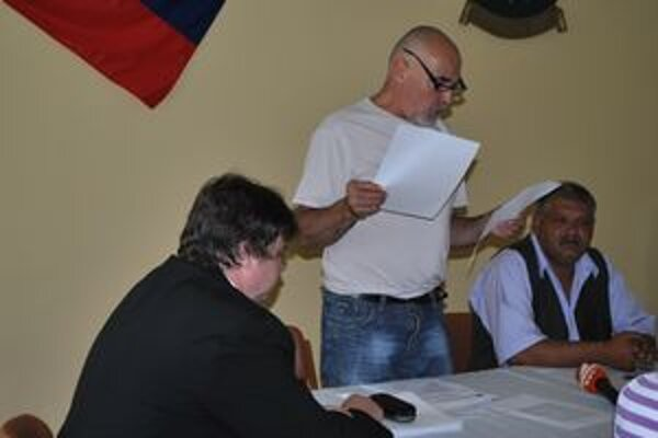 P. Mikuš poberal dva platy (na snímke vľavo). Podľa neho z neznalosti.