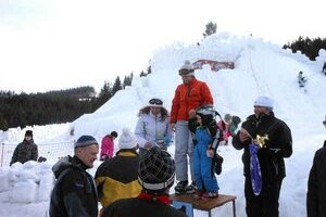 Oceňovanie pod hradom. Najlepších lyžiarov 56. ročníka dekorovali pod najväčším snežným hradom na Slovensku.