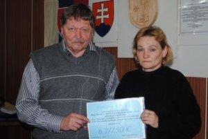 Symbolické odovzdanie. Starosta obce odovzdal Márii Kinčákovej finančný dar.