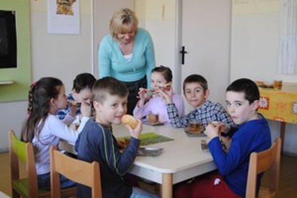 Riaditeľka Zdenka Kružlicová. S deťmi, ktoré chrípka ešte nezasiahla.