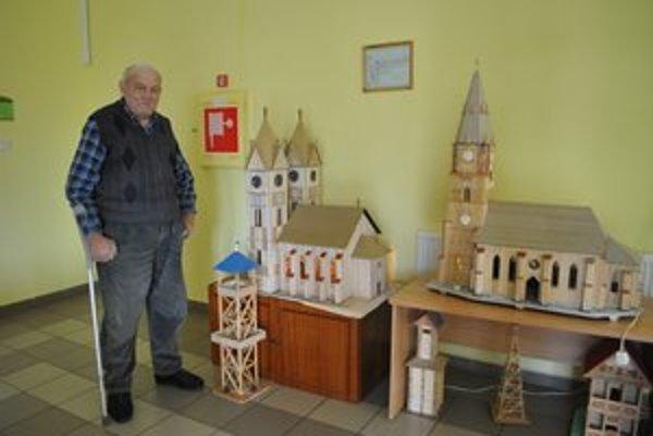 Deväťdesiatročný Augustín. Na snímke s maketou spišskonovoveského kostola.