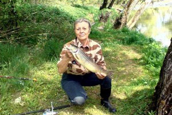 Veronika Fabinyová so svojím úlovkom, 48–centimetrovým pstruhom potočným.
