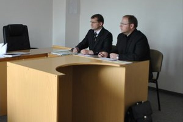 Žalovaná strana. Prvý sprava terajší riaditeľ centra M. Mikula s jeho právnym zástupcom.