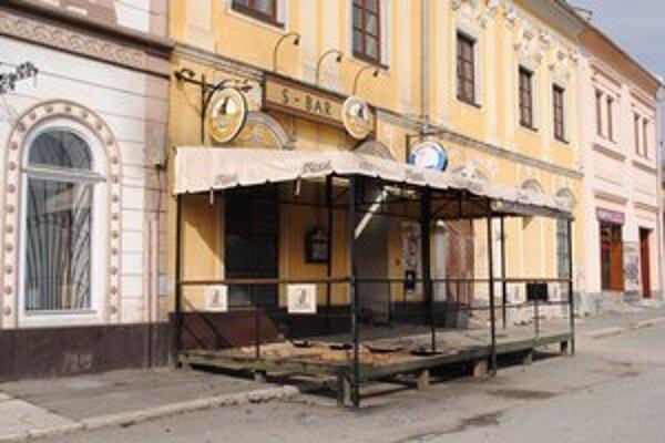 Zapálená terasa pred barom.