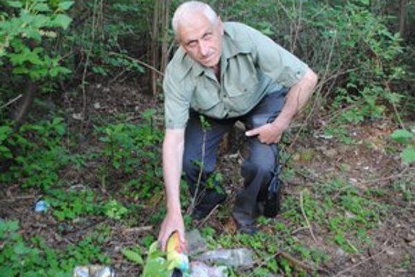 Predseda Združenia vlastníkov lesa J. Javorský. Nad množstvom odpadkov krútil hlavou.
