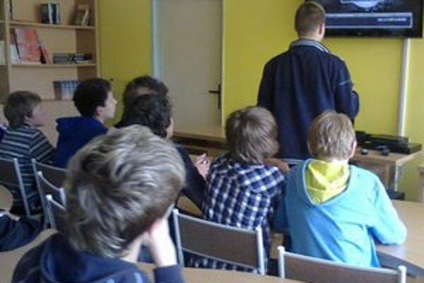 Veľký zápas v hokejovej škole. V ZŠ Komenského v Spišskej Novej Vsi ho pozerali na troch miestach.