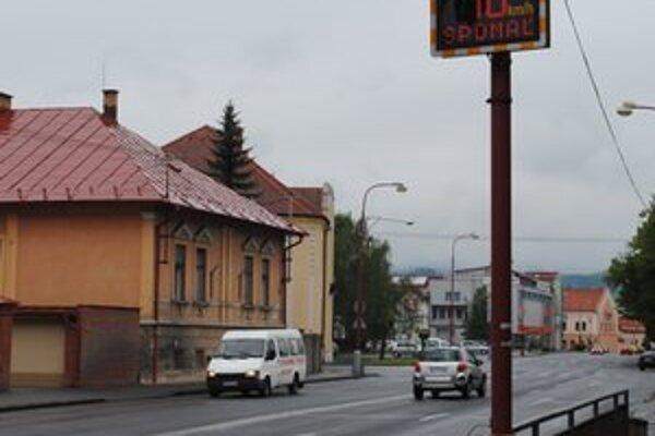 Informačný panel na Školskej ulici. Táto časť mesta patrí medzi najfrekventovanejšie.