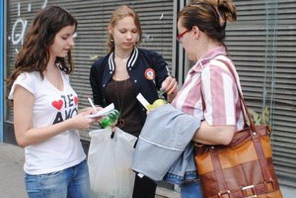 Darčeky za zahasenú cigaretu. Darovali Katarína Krajňáková a Martina Sopkovičová.