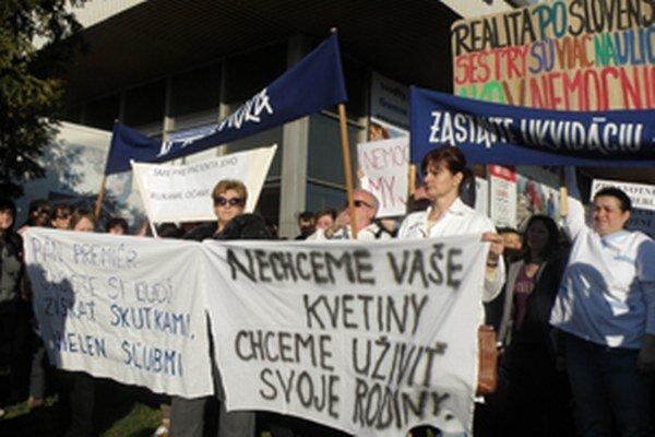 Protestujúci zdravotníci aj na transparentoch vyjadrovali, čo ich trápi.