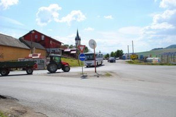Spišský Štvrtok. Nachádza sa na hranici Košického a Prešovského kraja, miestne autobusové zastávky sú raritou.