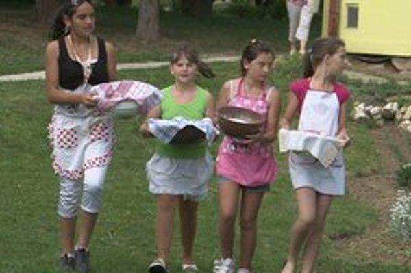 Pekárky zo školy. S vykysnutým chlebíkom kráčali k peci na školskom dvore.