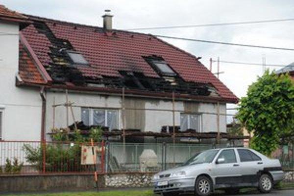 Požiar v rodinnom dome. Najviac si to odniesol strop a strecha.