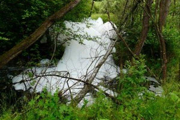 Pena v potoku. Na vode sa neobjavila prvýkrát.
