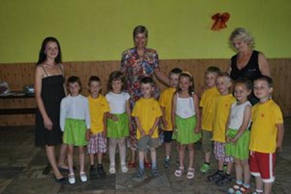 Školáci s veľvyslankyňou. D. Bergsma (uprostred) sa vystúpenie školákov veľmi páčilo.
