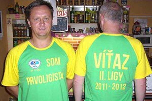 Na pamiatku. Tieto tričká budú dorastencom a trénerom pripomínať veľký úspech v sezóne 2011/2012.
