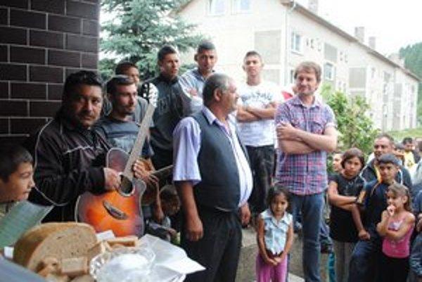 Chlebom a soľou. Takto vítali obyvatelia osady Dreveník Igora Matoviča.